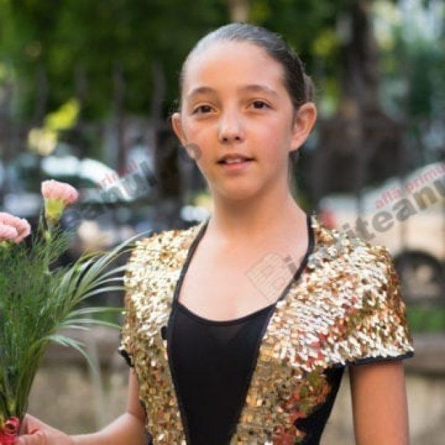 FOTO – MINUNEA de la sociale : Florăreasa fără școală care și-a băgat toți banii în educația fiicei