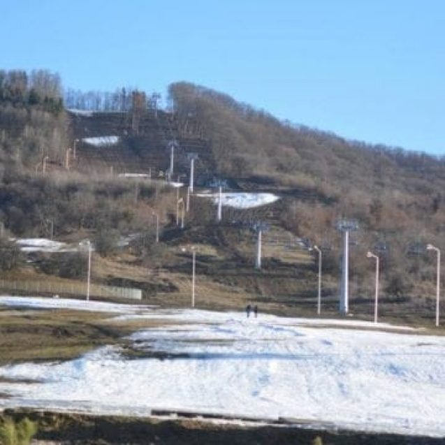 """""""Sărbătorim"""" un deceniu de degradare continuă a străzilor: Banii pentru modernizarea drumurilor – înghițiți de pârtia de schi!"""