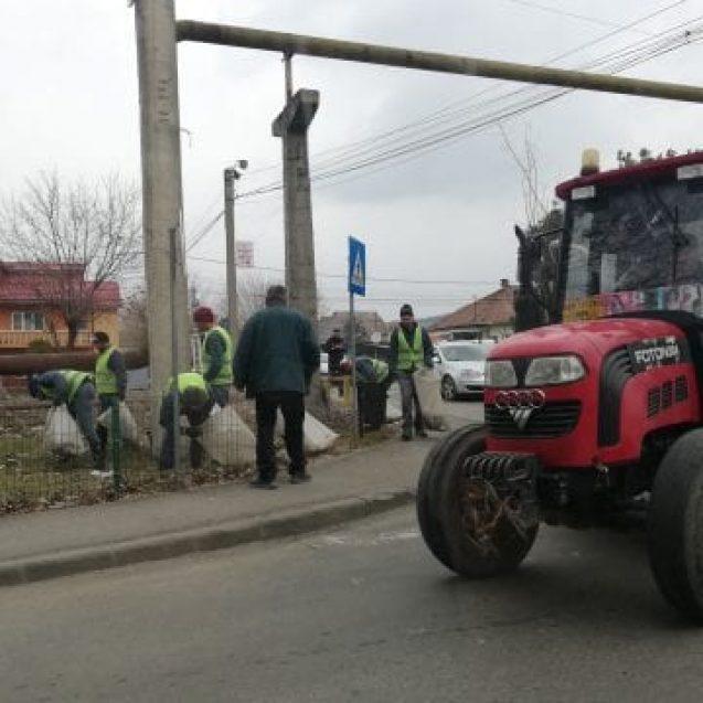 FOTO: Deținuții, scoși la curățat zona căii ferate