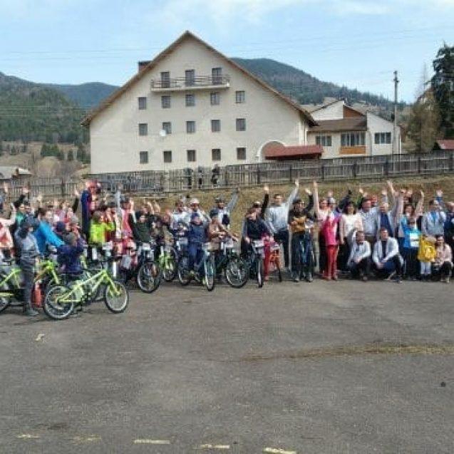 FOTO/VIDEO – Copiii din Colibița au primit cadou biciclete cu care să meargă la școală