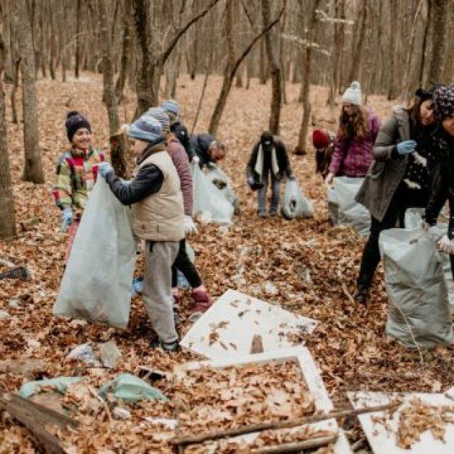 FOTO/VIDEO: Peste 100 de saci de gunoaie, strânși din pădurea de la Slătinița, de enoriașii unei biserici