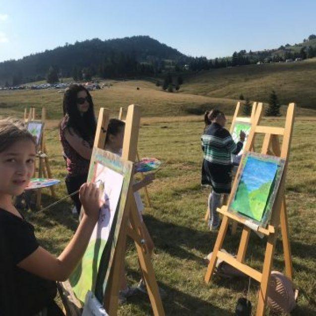 SUUPER PARTY: Copiii s-au distrat pe cinste la Festivalul Usturoiului! Trupa Sclipirici, Shevalet și cei de la Produs în BN au creat o super atmosferă pentru cei mici