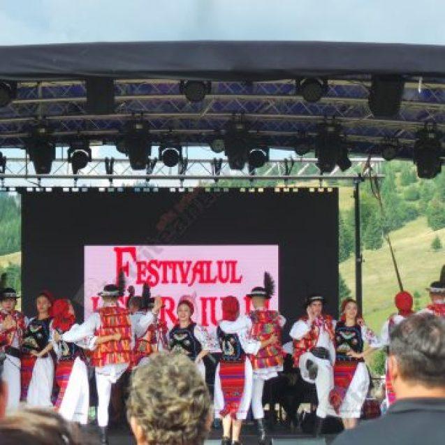 FOTO/VIDEO: Spectacol folcloric pe cinste, la Festivalul Usturoiului în Ținutul contelui Dracula