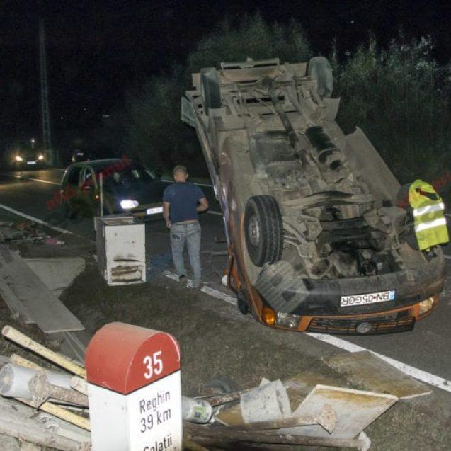 FOTO/VIDEO – Accident spectaculos în Galații Bistriței! Doi frați s-au răstunat cu o camionetă