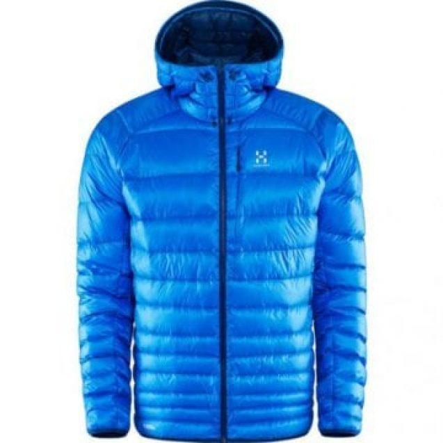 Un tânăr a probat o haină dintr-un supermarket și a plecat, uitând că haina e pe el