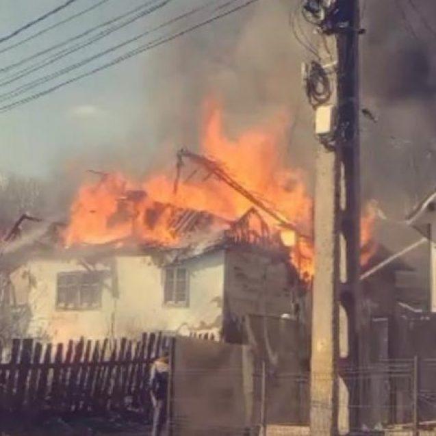 Un incendiu puternic a făcut scrum o casă din Bistrița-Bârgăului. Flăcările s-au extins și la acoperișul unei alte case