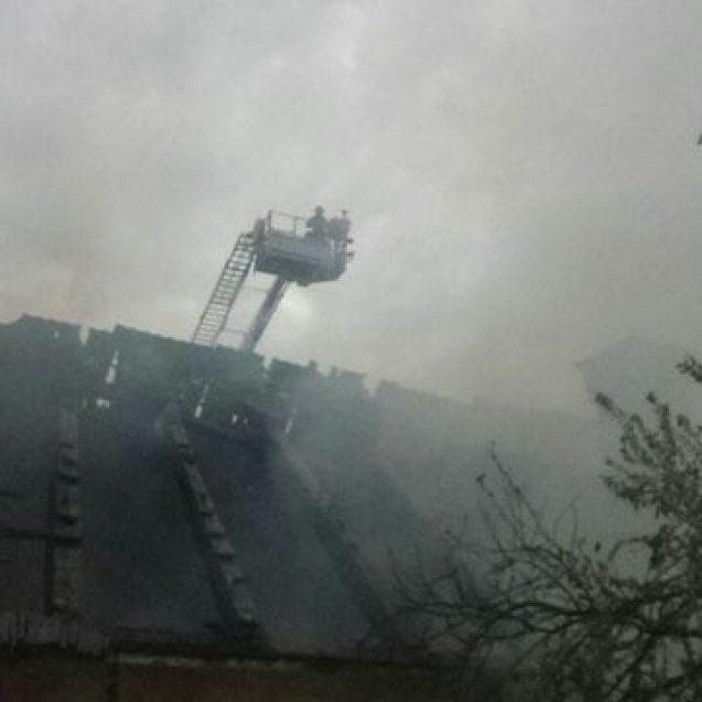 FOTO/VIDEO –Flăcări la o casă din centrul vechi al Bistriței