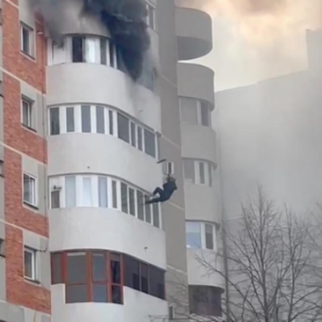 FOTO/VIDEO: O femeie s-a aruncat de la etajul 6, din apartamentul cuprins de flăcări