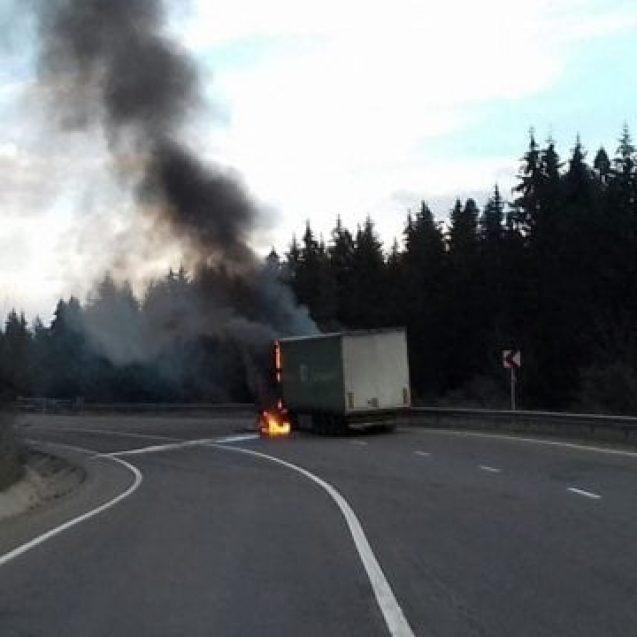 Șoferul TIR-ului ars în Pasul Tihuța este blocat în țara noastră. Ce spune poliția despre legalitatea transportului:
