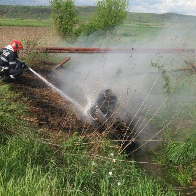 FOTO – O mașină a luat foc între Beclean și Cociu, după ce s-a răsturnat