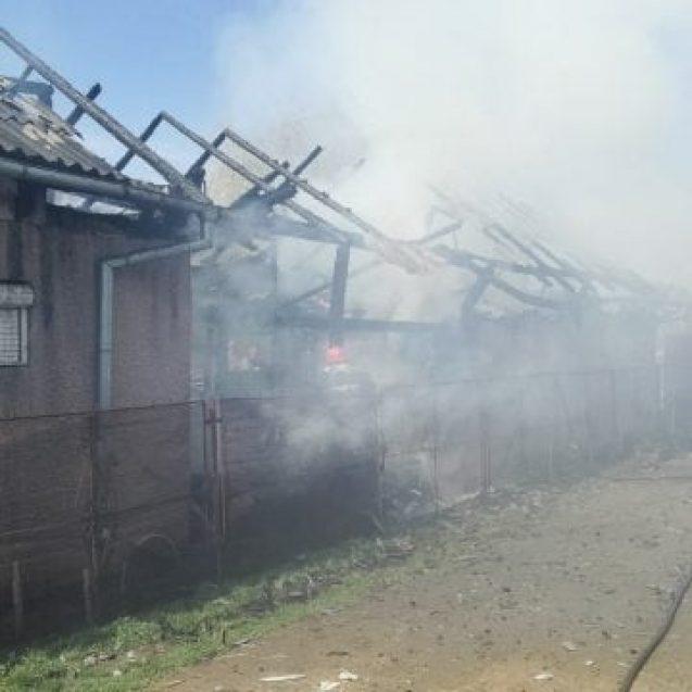 FOTO/VIDEO – A plecat la biserică, iar când s-a întors și-a găsit gospodăria în flăcări
