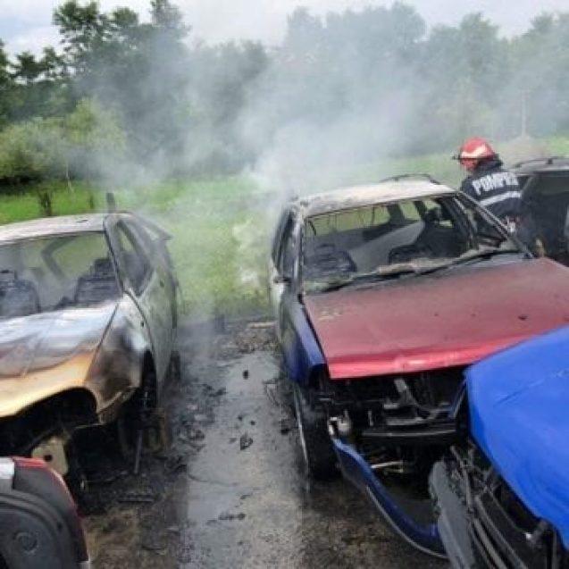 FOTO/VIDEO – 7 mașini au ars într-un service din Năsăud. În curte erau parcate zeci de autoturisme