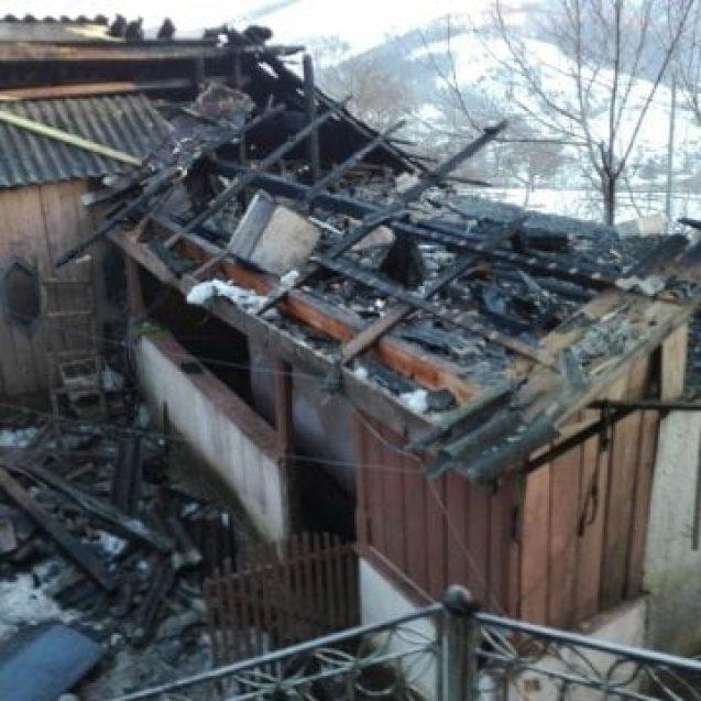 FOTO ILVA MICĂ: Două persoane rănite într-un incendiu