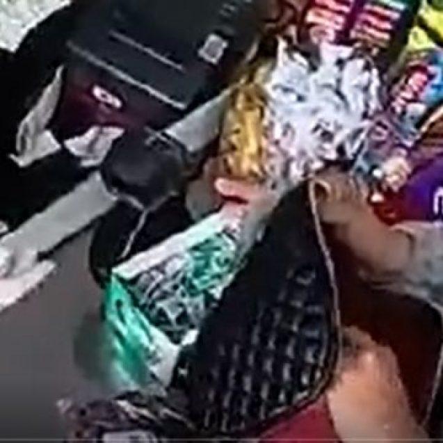 VIDEO: Liber la furat! Vânzătoare de la Atlantis, înșelată de patru persoane venite cu o mașină de Galați