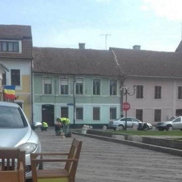 """FOTO – Zel în Vinerea Mare! Piatra din Piața Mică, """"fixată"""" în prag de sărbători"""