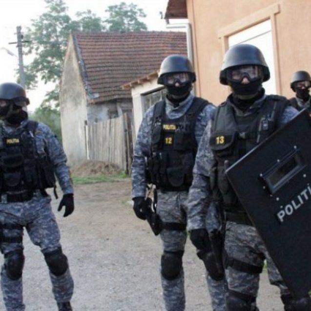 Mascații au spart o petrecere cu 30 de persoane, organizată într-o discotecă din Prundu Bârgăului