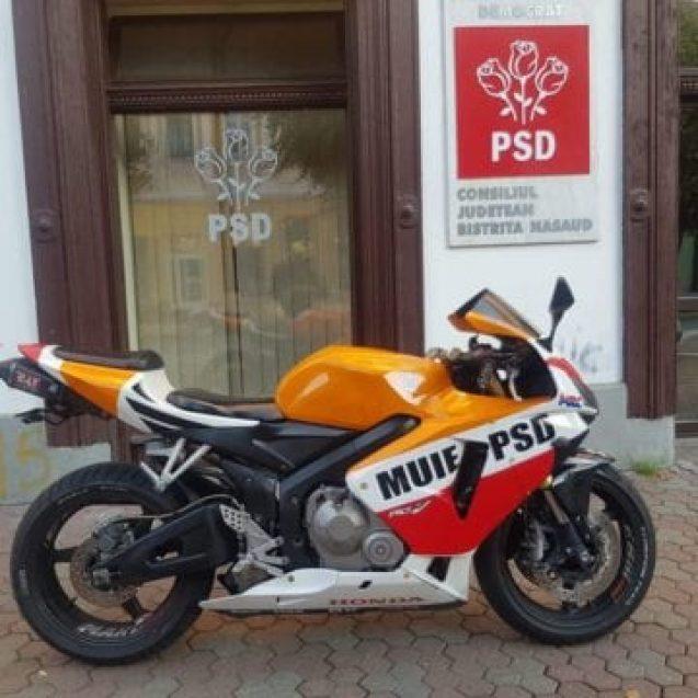 """Bistriţeanul care şi-a """"însemnat"""" motocicleta cu mesaje anti-PSD dă cu subsemnatul la Poliţie"""