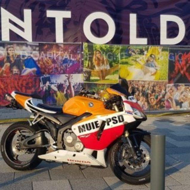 FOTO: Motocicletă cu mesaj anti-PSD, proptită în fața sediului partidului