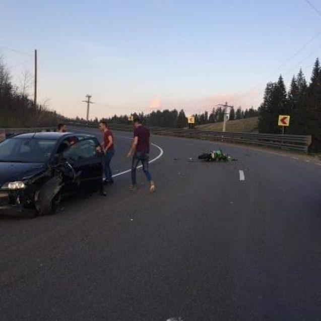 FOTO- Impact între un motociclist și o mașină în Tihuța