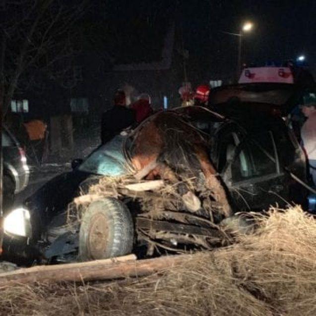 FOTO/VIDEO – Accident în Nepos, între o mașină și o căruță. Mai multe persoane au ajuns la spital în Ajun de Anul Nou