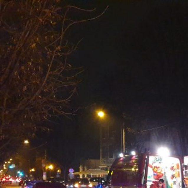 FOTO/VIDEO – Un pieton a fost lovit de o mașină, pe trecerea de pietoni, pe Republicii