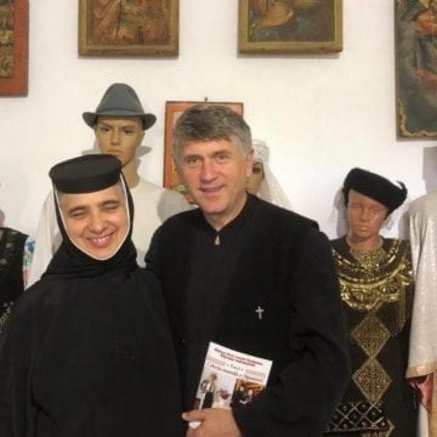Hainele i-ar putea aduce probleme penale. Fostul preot Cristian Pomohaci nu respectă regulile caterisirii