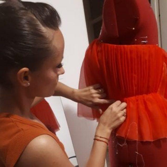 FOTO/VIDEO: IMPRESIONANT! Bistrițeanca autodidactă ce a lăsat dansul pentru a crea rochii de gală demne de casele de modă din străinătate