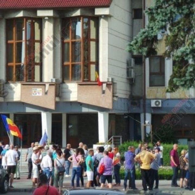 """FOTO/VIDEO. Proteste la Bistrița: """"Justiție, nu corupție!"""". """"Fără Dumnezeu, degeaba ne adunăm aici și povestim…"""""""