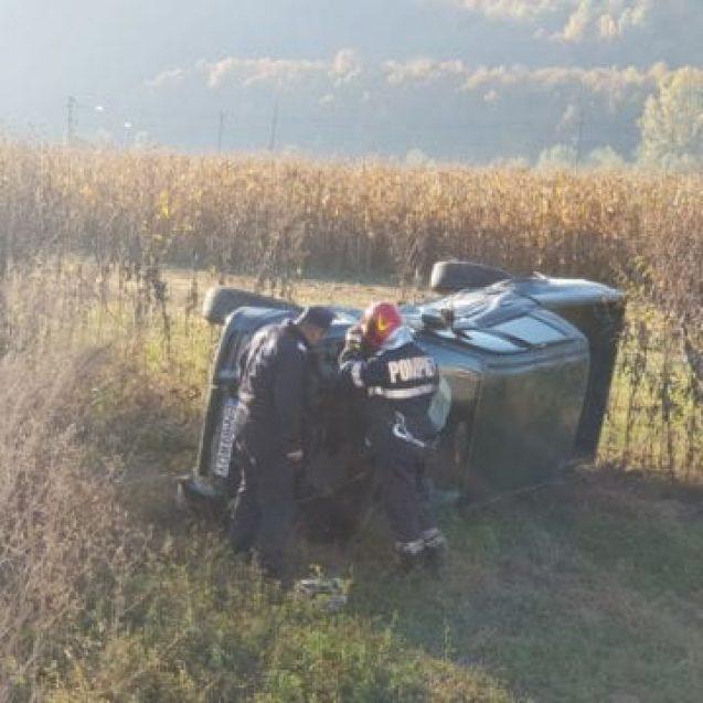 FOTO – A scăpat fără zgârieturi, după ce s-a răsturnat pe un câmp din Rebrișoara
