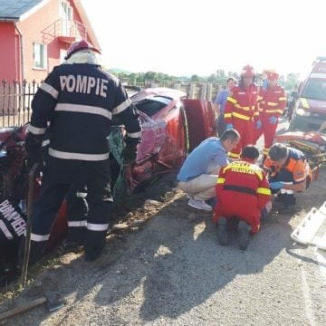 FOTO – Cascadorie pe DN17, în Șintereag. O mașină s-a răsturnat într-un șanț