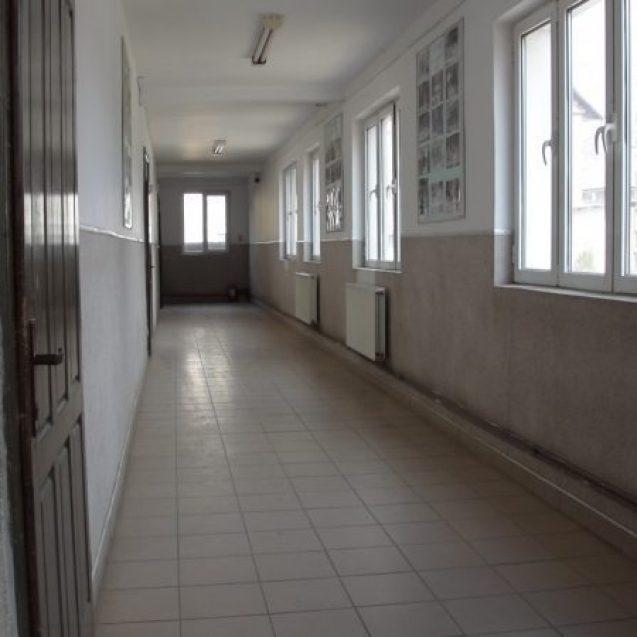 FOTO/VIDEO – Un adolescent a fost luat la bătaie, la școală, de doi colegi, din cauza unei fete. Agresorii sunt cercetați penal