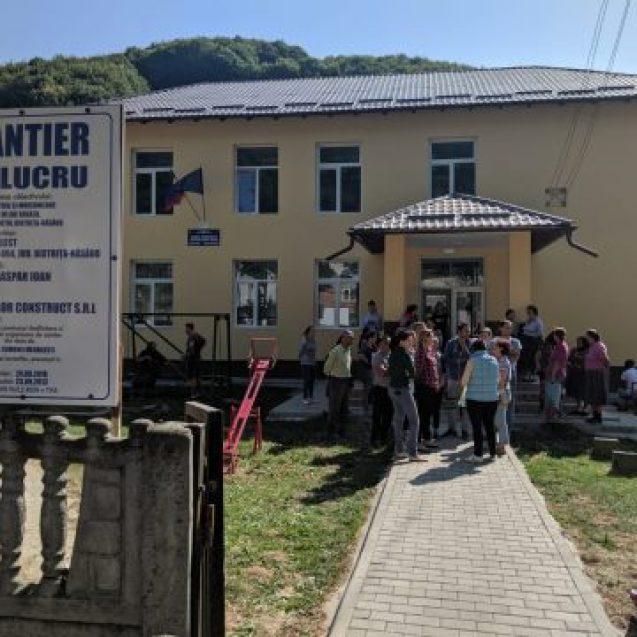 FOTO/VIDEO INCREDIBIL! Cu școală renovată, copiii dintr-o localitate bistrițeană sunt nevoiți să facă naveta 10 km