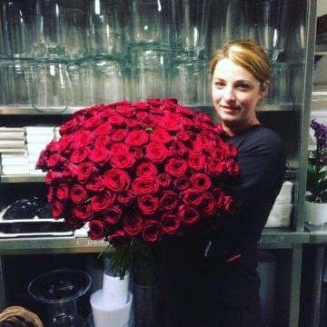 FOTO – Viața de film a bistrițencei care-i aranjează camera Rihannei și realizează decorurile florale pentru Dior și Versace