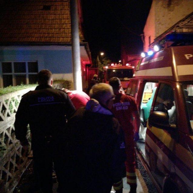 FOTO/ VIDEO Ghinionul unui tânăr de la socialele din Viișoara – a căzut într-o groapă de 4 metri, în centrul orașului. Cine l-a salvat