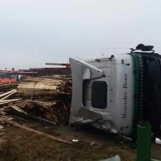 FOTO – Un camion plin cu scânduri s-a răsturnat în Piatra Fântânele