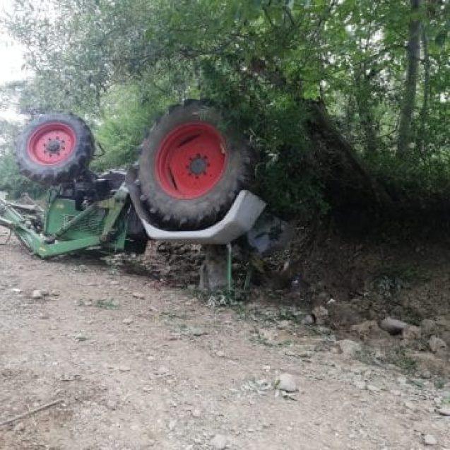 FOTO: A avut zile! O femeie a scăpat cu viață, după ce tractorul s-a răsturnat peste ea
