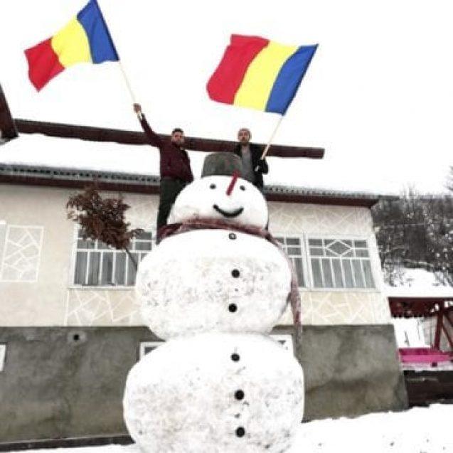 FOTO: Doi tineri au făcut un om de zăpadă U-RI-AȘ