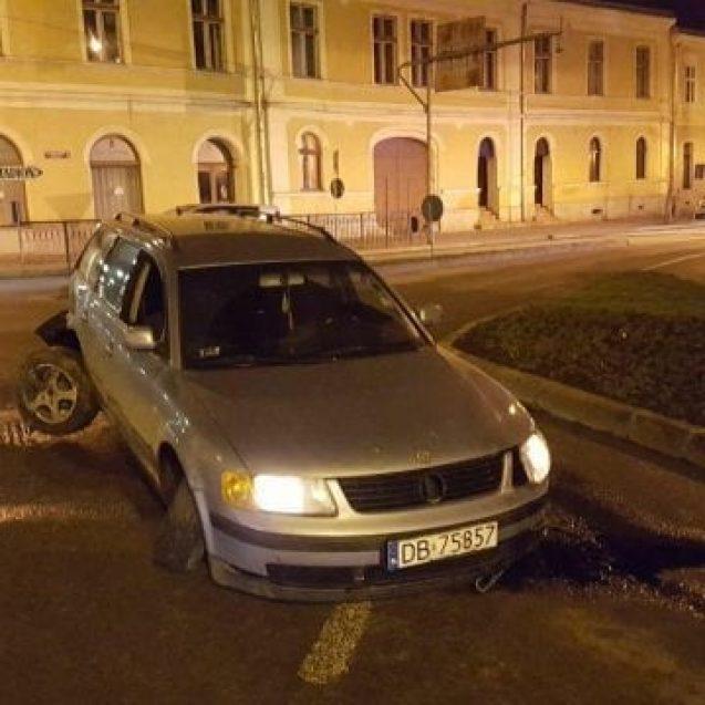 FOTO/VIDEO – Urmărire ca în filme în Bistrița: Băut bine, a gonit cu poliția pe urme și s-a înfipt într-un sens giratoriu