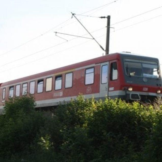 """Doi """"nași"""" de la CFR au fost luați la bătaie, în tren, de mai mulți romi. Unul și-a petrecut Noaptea Învierii în spital"""